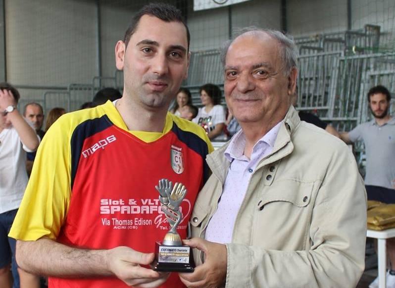 Cuconato premiato dal delegato C5 Della Torre in occasione della X edizione di 'Noi del Calcio a 5'